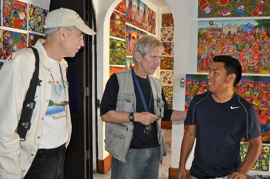 Posada Los Encuentros: Richard also conducts tours - here he is introducing us to an artist in San Juan.