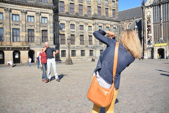 Ámsterdam, Países Bajos: ToursByLocals guide Yvonne snaps photos for travellers on a walking tour of Amsterdam