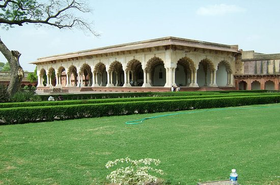 Extensive Agra Fort and colorful...