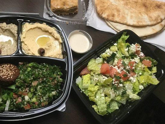 Victor, Estado de Nueva York: Falafel plate, el Bastia salad, backlava