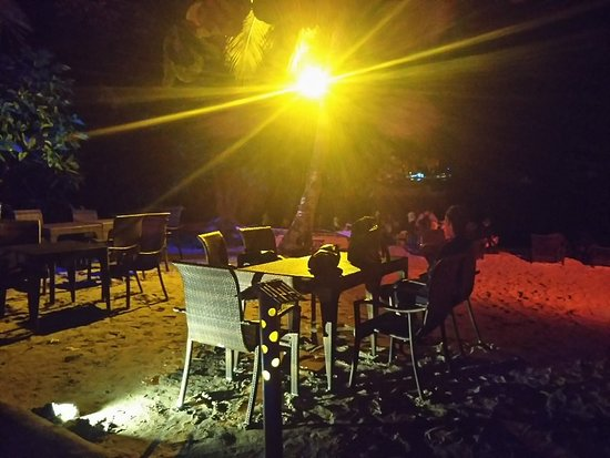 Bounty Beach: 砂浜で食事が楽しめる