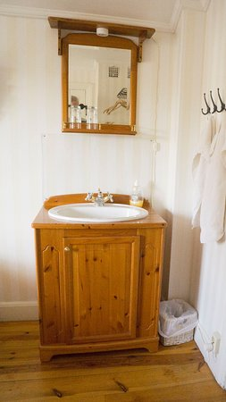 Tvättställ på rummet och delad dusch med det två andra rummen skiljer det från Hotellstandard.