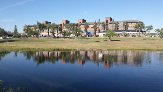 Arapey Thermal Resort and Spa: Vista del hotel desde la pérgola que está en la laguna