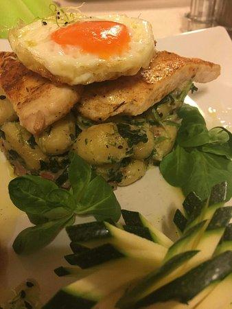 Tiszaujvaros, Hungary: Arany Holló étterem