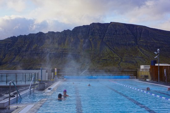 Neskaupstadur, Izland: This is a fantastic swimming pool surrounded by beautiful mountains.