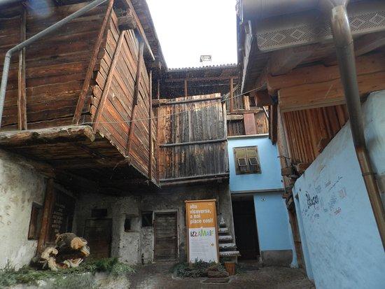 Carano, Italie : Il retro con le case in legno tuttora in uso