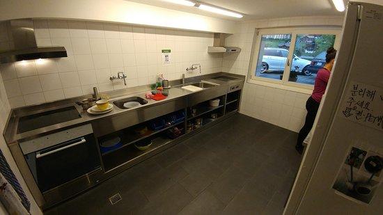 Valley Hostel: Shared kitchen
