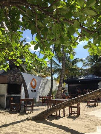 Poc-Na Hostel: BBQ, Stage et tables de bar/restaurant