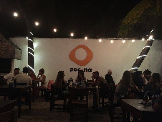 Poc-Na Hostel: tables de bar/restaurant
