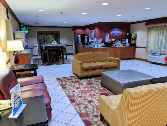 Baymont by Wyndham Evansville North/Haubstadt: Breakfast area and lobby.