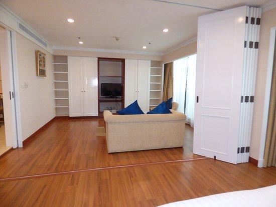 chambre et salon avec une s paration qui se d plie. Black Bedroom Furniture Sets. Home Design Ideas