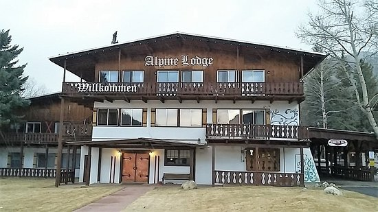 Alpine Lodge & Suites: Looks just like a ski lodge in Southern Bavaria.