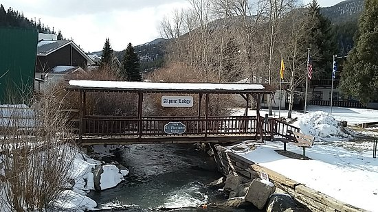 Alpine Lodge & Suites: Beautiful covered bridge over the river.