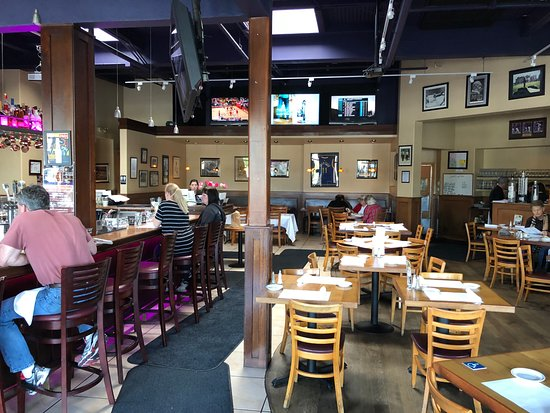 Capers Eat & Drink: Multiple TVs for sports....