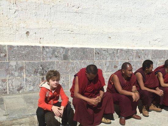Dongzhulin Temple: Mon petit bouda blond de 8ans avec les moines du temple