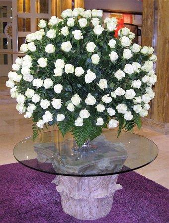 Bull Reina Isabel & Spa: Frische Blumen in der Eingangshalle