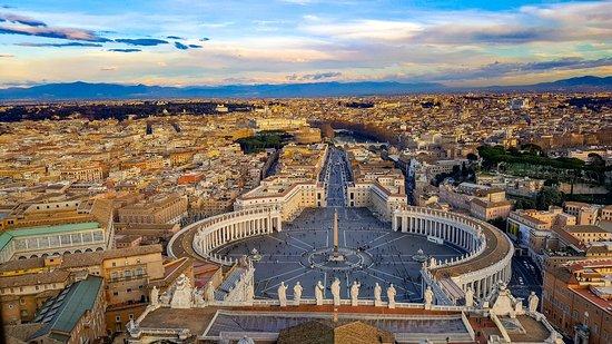 サン・ピエトロ大聖堂のクーポラから見たバチカン市国の街並み