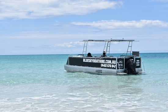 Hervey Bay, Australia: BBQ Pontoon Boat anchored at Pelican Bank
