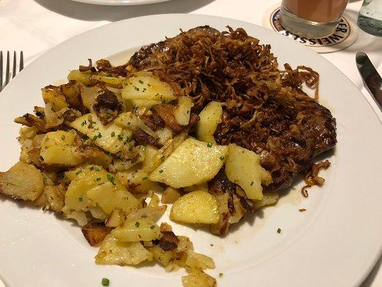Kranzberg, Deutschland: Zwiebelrostbraten mit Bratkartoffeln