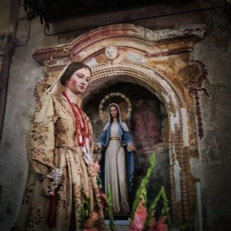 Vallecupola, إيطاليا: La Madonna di Pagaret (Vallecupola) è una Madonna con 'guardaroba': una rarità