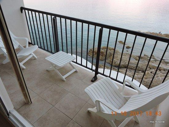 Hotel Restaurant La Pietra: La terrasse au pied de la mer