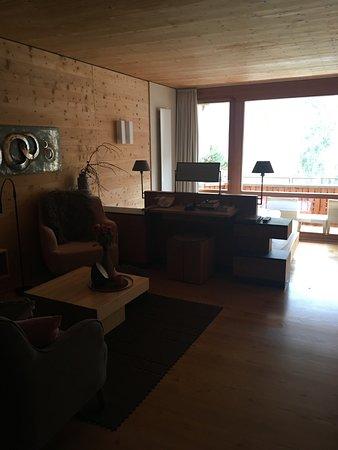 Naturhotel Waldklause: Sitzecke, kleiner Schreib-/Schminktisch, Betten tiefer mit Ausblick