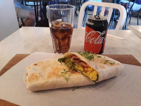 Welgemoed, South Africa: Breakfast wrap with eggs, tomatoes, gypsy ham etc.