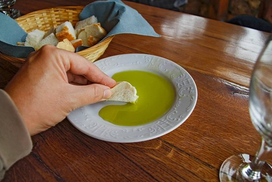 Punat, Kroatien: Olive oil tasting of three different types of olive oil.