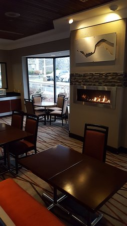 Copley, OH: Partial view of breakfast dining area in lobby
