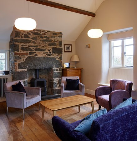 Brithdir, UK: Why not enjoy a freshly ground coffee and homemade cake in our snug