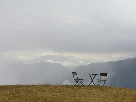 Kumaon, Indien: terrazza dell'hotel aperta sulle montagne