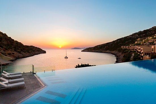 Daios Cove Luxury Resort & Villas: Infinity pool overlooking the Cove