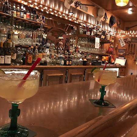 Coyote Bar and Grill: Margarita's and bar area