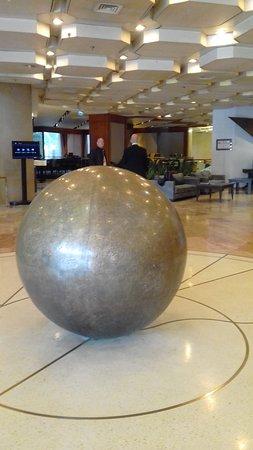 Crowne Plaza Hotel Jerusalem: Hall de recepción amplio y cómodo