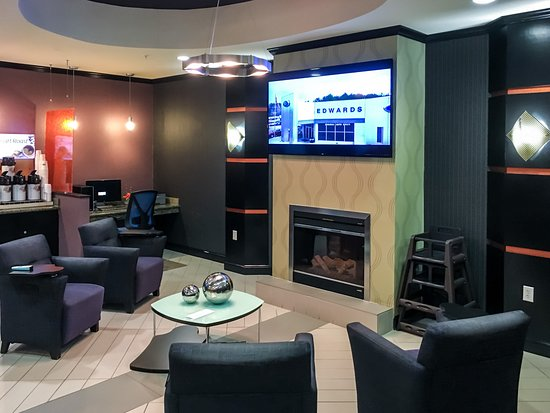 Holiday Inn Express Hotel & Suites Clemson - Univ Area: Sitting Area & Business Center Near Breakfast Area