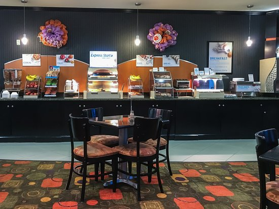 Holiday Inn Express Hotel & Suites Clemson - Univ Area: Complimentary Breakfast Area