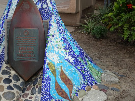 Swami's Beach: Dedication plaque to the surfers who made this a destination