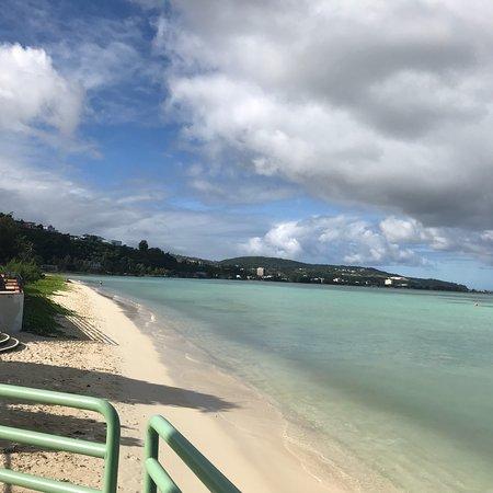 Alupang Beach Tower : レンタカーは必須です。 目の前が海でとなりがアルペンビーチクラブ 少々古いですが 部屋は清潔で綺麗です。 部屋は2ベットルームでリビング も広くキッチンや洗濯機乾燥機もついており 快適にすごせ