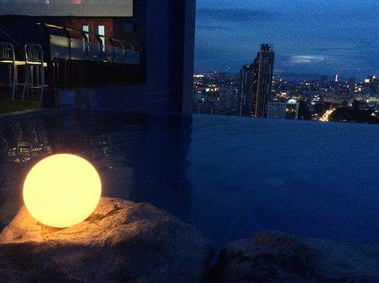 Ibis Pattaya: Бар в бассейне на крыше Сиам@Сиам-местная достопримечательность