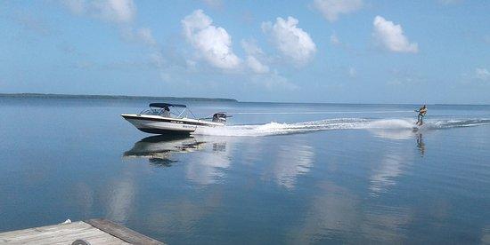 Baie-Mahault, Guadeloupe: Le plan d'eau de la sablière au fond du cul de sac marin