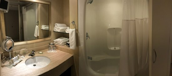 White Oaks Conference Resort & Spa: Tower Room bathroom