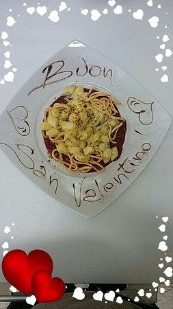 Tocco da Casauria, Italien: Gnocchi con fonduta di formaggio e base di rapa rossa e carota...