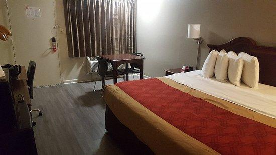 Econo Lodge North: 20180302_233211_large.jpg