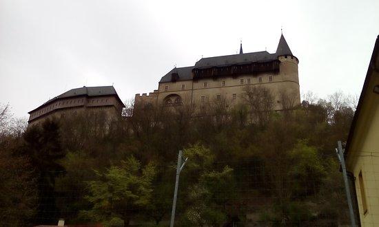 Karlstejn, Czech Republic: Вид на стены замка из города