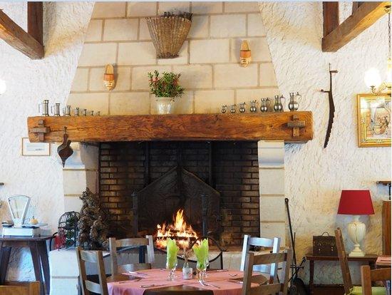 Parnay, Франция: Cheminée dans la salle du restaurant.