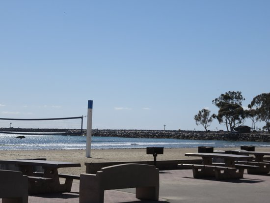 Dana Point, CA: Volleyball nets, picnic tables and view of beach from walkway