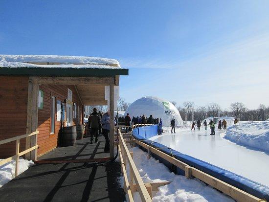 Plaines d'Abraham: Chalet pour se réchauffer, casiers, aiguisage de patins