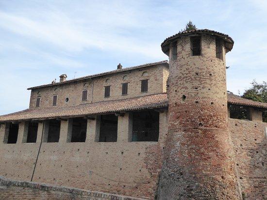 Castelletto Molina, Italy: Castello medioevale imponente , ben ristrutturato e abitato .Da vedere !!!!