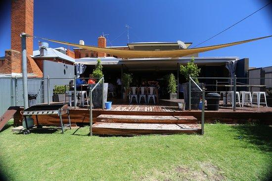 Narrandera, Austrália: Great outdoor eating area - also playground