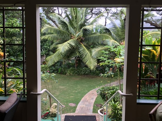 Old Wailuku Inn at Ulupono : View from the relaxing porch